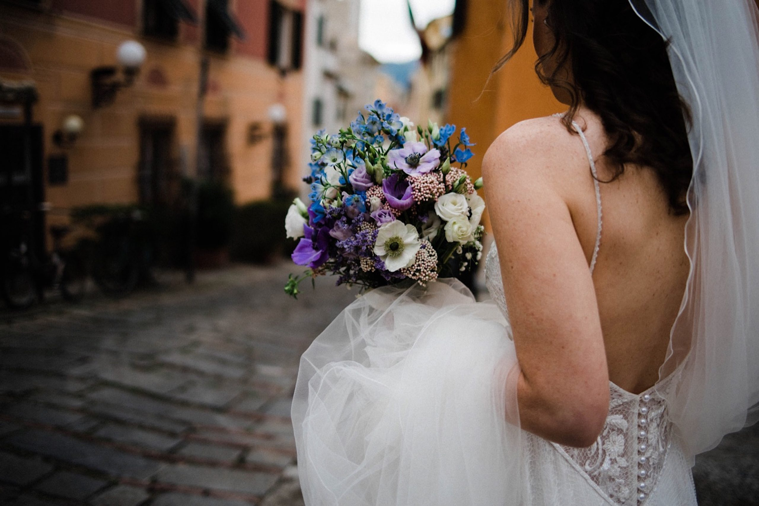 Candid Destination Wedding Photography of a bride walking through the Sestri Levante's streets towards her Wedding Ceremony.